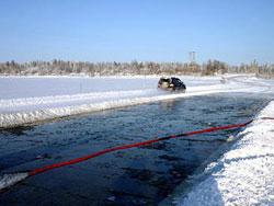 Подготовительные работы - заливка переправы водой для создания искусственного слоя льда.
