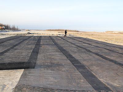Укладка геосетки при строительстве аэродрома